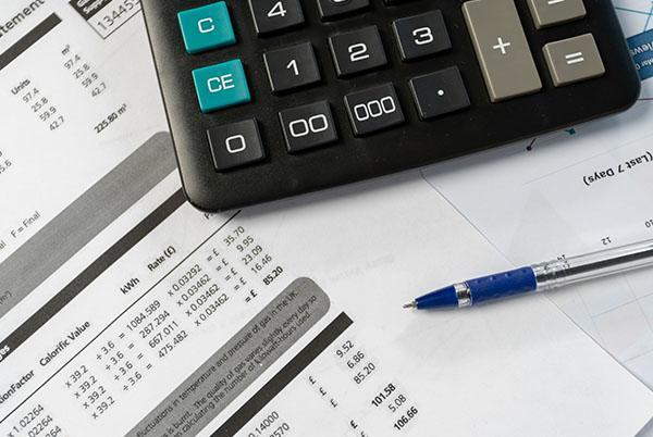 Długopis, dokumenty ikalkulator leżące nablacie